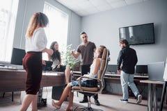 Ritratto di un gruppo creativo felice della gente che parla nell'ufficio alla riunione fotografia stock libera da diritti