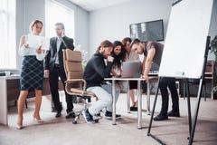 Ritratto di un gruppo creativo felice della gente che parla nell'ufficio alla riunione fotografie stock libere da diritti