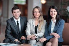 Ritratto di un gruppo di riuscita gente di affari siedasi fotografia stock