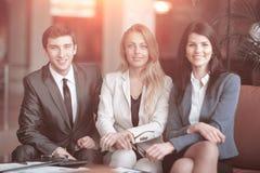 Ritratto di un gruppo di riuscita gente di affari siedasi immagine stock libera da diritti