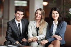 Ritratto di un gruppo di riuscita gente di affari siedasi fotografia stock libera da diritti