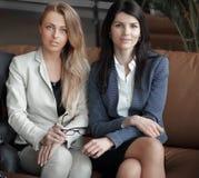 Ritratto di un gruppo di riuscita gente di affari siedasi fotografie stock libere da diritti