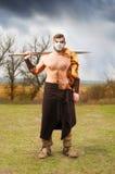 Ritratto di un guerriero antico muscolare con una spada immagine stock libera da diritti