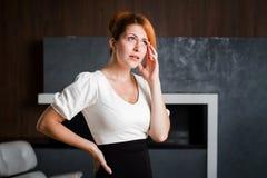 Ritratto di un impiegato di concetto della donna che giudica il suo capo Immagini Stock Libere da Diritti