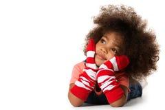 Ritratto di un'indicazione prescolare della ragazza del bambino Colpo dello studio Isolato immagine stock