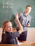 Ritratto di un insegnante che spiega qualcosa ad uno schoolbo sorridente Fotografie Stock