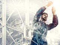 Ritratto di un lavoratore sul fondo della fabbrica immagini stock libere da diritti
