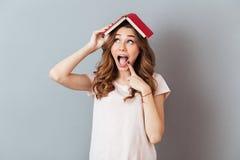 Ritratto di un libro felice emozionante della tenuta della ragazza Immagini Stock