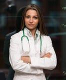 Ritratto di un medico femminile sorridente Immagine Stock