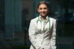 Ritratto di un medico femminile sorridente Immagine Stock Libera da Diritti