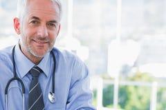 Ritratto di un medico sorridente Fotografie Stock Libere da Diritti