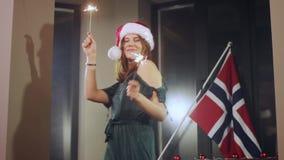 Ritratto di un modello della ragazza che fa un desiderio con le stelle filante in loro mani Cappello di Natale Santa Girl Guardan stock footage