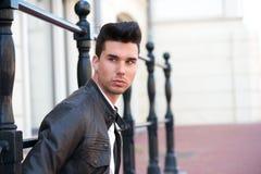 Ritratto di un modello di moda maschio attraente Fotografie Stock