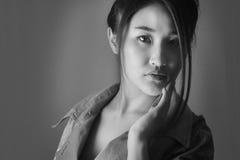 Ritratto di un modello in mantello verde chiaro Kanzashi Fondo grigio foto bianca Nero fotografia stock libera da diritti