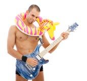 Ritratto di un musicista bizzarro con la chitarra Immagini Stock