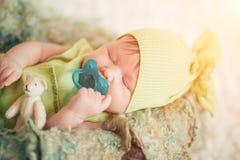 Ritratto di un neonato con una tettarella fotografia stock
