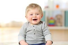 Ritratto di un neonato felice che sorride esaminandovi Immagine Stock Libera da Diritti