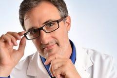Ritratto di un oftalmologo che sorride con il primo piano di vetro fotografia stock