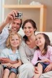 Ritratto di un padre che cattura una maschera della sua famiglia Fotografia Stock Libera da Diritti