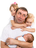 Ritratto di un padre felice, circondato da tre bambini Fotografia Stock Libera da Diritti