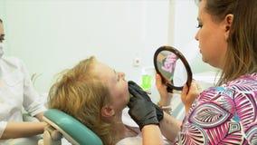 Ritratto di un paziente al dentista per un controllo alto e una pulizia dentaria archivi video