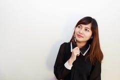 Ritratto di un pensiero asiatico attraente della donna Fotografia Stock Libera da Diritti