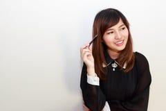 Ritratto di un pensiero asiatico attraente della donna Fotografie Stock