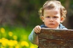 Ritratto di un ragazzino Bambino all'aperto Fotografie Stock Libere da Diritti