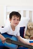 Ritratto di un ragazzino che gioca chitarra immagini stock libere da diritti