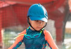Ritratto di un ragazzino che gioca nello stagno di formazione di nuoto fotografia stock libera da diritti