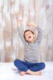 Ritratto di un ragazzino sveglio che allunga nel Immagine Stock