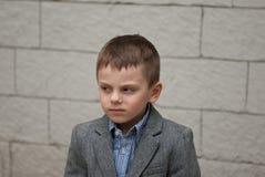 Ritratto di un ragazzino in un rivestimento ed in una camicia Immagini Stock Libere da Diritti