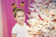 Ritratto di un ragazzo ad un albero di Natale fotografia stock