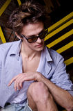 Ritratto di un ragazzo alla moda di distensione sullo stai Immagine Stock