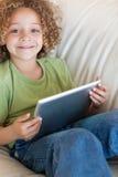 Ritratto di un ragazzo che per mezzo di un calcolatore del ridurre in pani Fotografia Stock Libera da Diritti