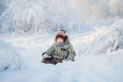 Ritratto di un ragazzo di cinque anni nella foresta nevosa di inverno Fotografia Stock