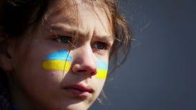 Ritratto di un ragazzo con la bandiera ucraina sul fronte della vernice di carrozzeria stock footage