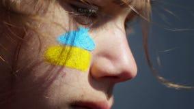 Ritratto di un ragazzo con la bandiera ucraina sul fronte della vernice di carrozzeria archivi video