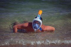 Ritratto di un ragazzo con la maschera di immersione subacquea Immagini Stock