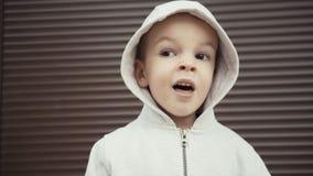 Ritratto di un ragazzo di due anni su un fondo delle strutture marroni video d archivio