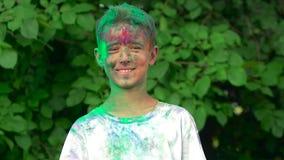 Ritratto di un ragazzo spalmato in polvere santa da ogni parte della testa archivi video