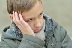 Ritratto di un ragazzo triste all'aperto Fotografie Stock Libere da Diritti