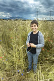 Ritratto di un ragazzo in un giacimento di grano Fotografia Stock