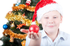 Ritratto di un ragazzo in una protezione del Babbo Natale Fotografie Stock Libere da Diritti