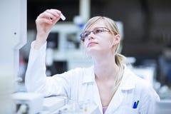 Ritratto di un ricercatore/allievo femminili di chimica Immagini Stock Libere da Diritti