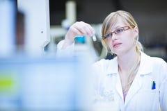Ritratto di un ricercatore/allievo femminili di chimica Immagini Stock