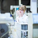 Ritratto di un ricercatore/allievo femminili di chimica Fotografie Stock