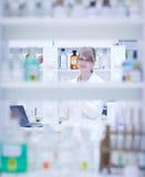 Ritratto di un ricercatore femminile che effettua ricerca Fotografia Stock Libera da Diritti