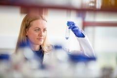 Ritratto di un ricercatore femminile che effettua ricerca in un laboratorio Fotografie Stock