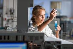 Ritratto di un ricercatore femminile che effettua ricerca in un laboratorio Fotografia Stock Libera da Diritti